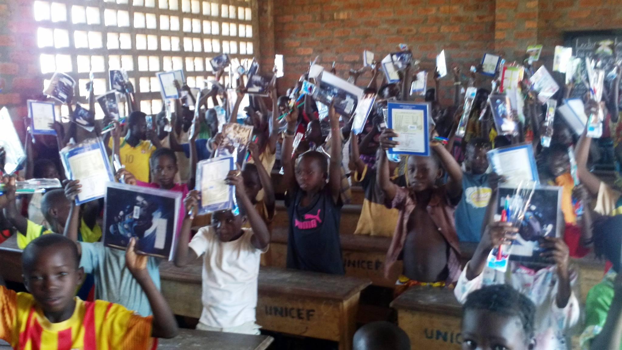 Centrafrique: Les dons de l'APCA de Guy-Maurice LIMBIO aux 683 élèves de l'école mixte de Bogoula