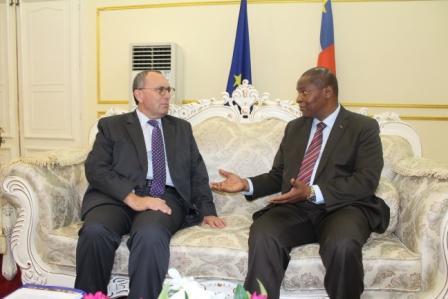 Le DG de la commission de l'UE Stefano Manservi et le président Touadera@Eric Ngaba