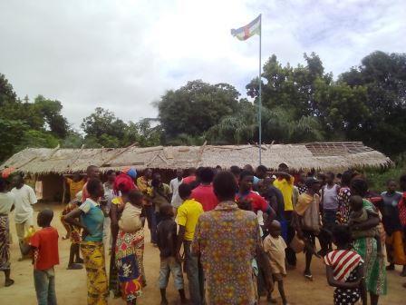 Les habitants de Ndangala chez le chef du village@Fiacre Salabé