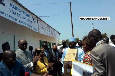 Remise des équipements de la radio Sewa@Cyrille Yapendé