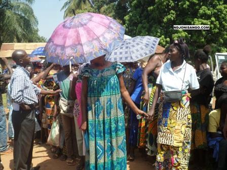 Oxfam_groupe_de_femmes_recevant_la_ration_alimentaire_a_Bangui_Centrafrique