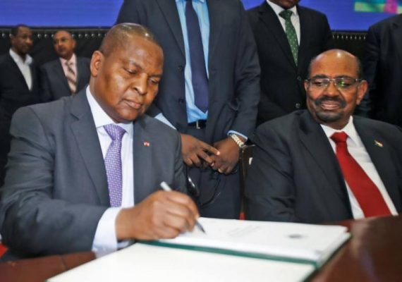 paraphe de l'accord de paix par le président centrafricain F. A. Touadera à Khartoum à côté du président soudanais Oumar El Bechir
