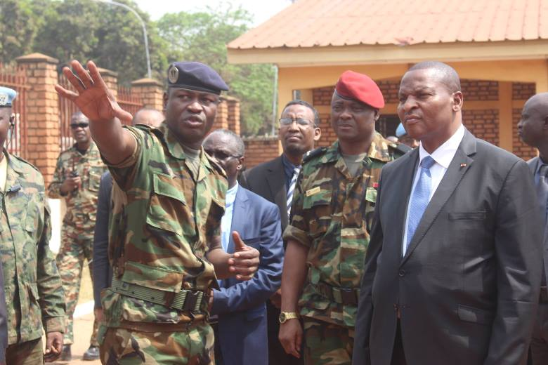 Le président centrafricain Faustin Archange Touadera evec les éléments des FACA