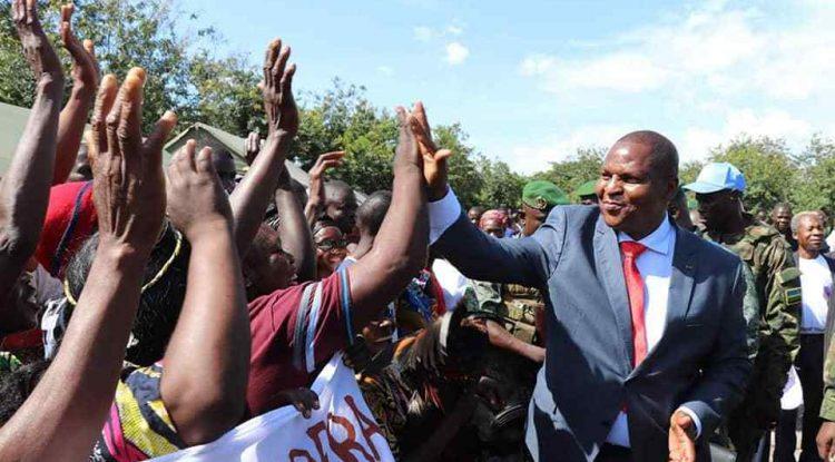 Le président Touadera avec la population