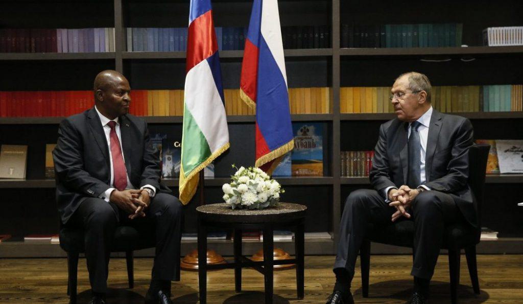 Le président centrafricain Faustin Archange Touadera et le chef de la diplomatie russe Sergei Lavrov à Sochi