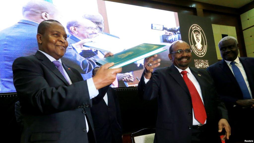 Le président centrafricain Faustin Archange Touadera et le président démissionaire du Soudan Omar El Bechir lors des pourparlers de paix à Khartoum