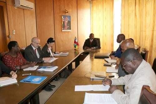 Le premier ministre centrafricain Firmin Ngrebada en réunion avec la délégation UA, UE et ONU sur l'accord de paix