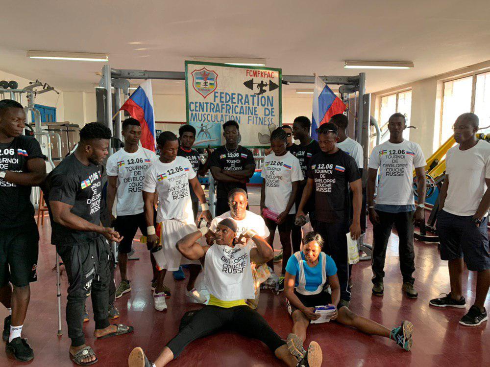 Les athlètes de musculation dans la salle du club MS