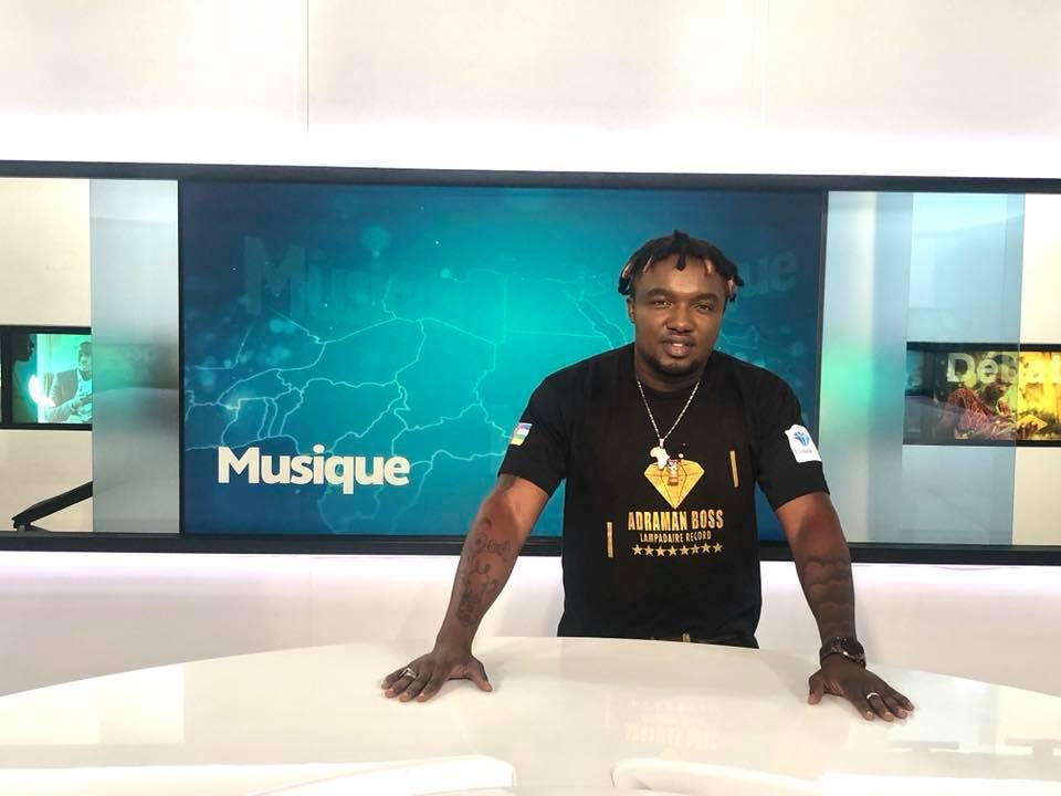 L'artiste musicien centrafricain, Ozaguin Oz, sur le plateau de TV Monde