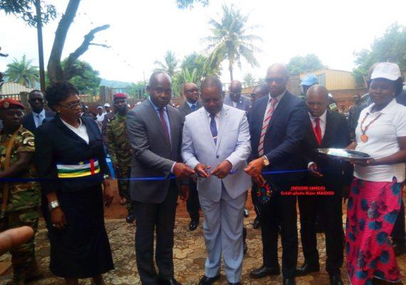 Le premier ministre Firmin Ngrebada coupe le ruban inaugurant le bâtiment de bourse de travail à Bangui@Kizer Maîdou