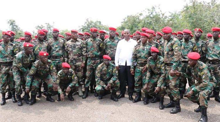 Le chef de l'Etat centrafricain Faustin Archange Touadera avec les soldats FACA à Berengo