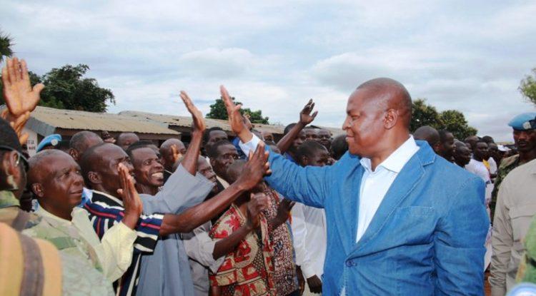Le chef de l'Etat centrafricain Faustin Archange Touadera salue la population d'Alindao