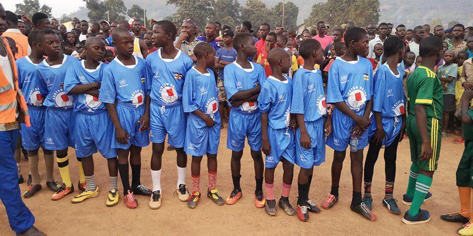 une formation de football du match amical à Begoua