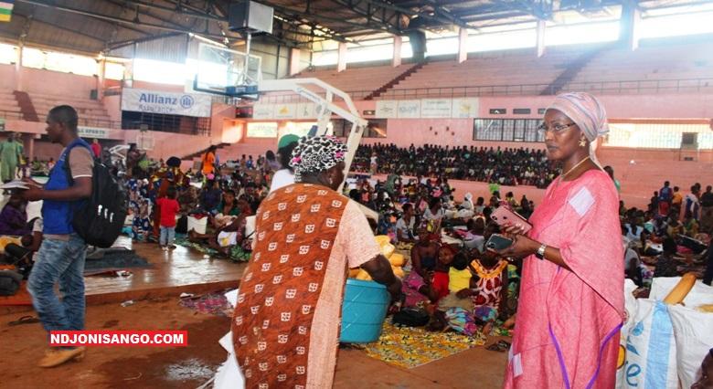 Les sinistrés de la catastrophe naturelle et la ministre de l'action humanitaire Virginie Baïkoua dans le palais de l'omnisport de Bangui@photo Erick Ngaba