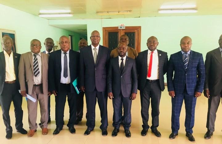 Photo de famille entre les cadres du ministère de sport et la fédération centrafricaine de football@photo Mosseavo