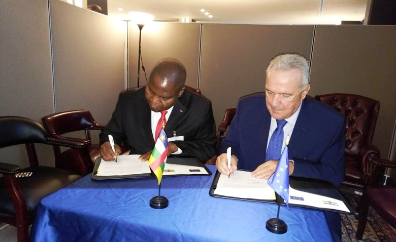 le Président Centrafricain,  Faustin Archange  Touadera et le Commissaire européen pour la Coopération Internationale, Neven Mimica signe le protocole d'octroi de fonds à New-York