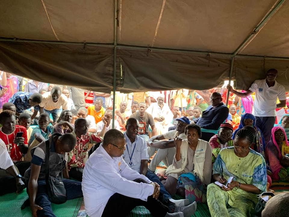Une délégation gouvernementale et humanitaire avec les victimes de crise à Birao