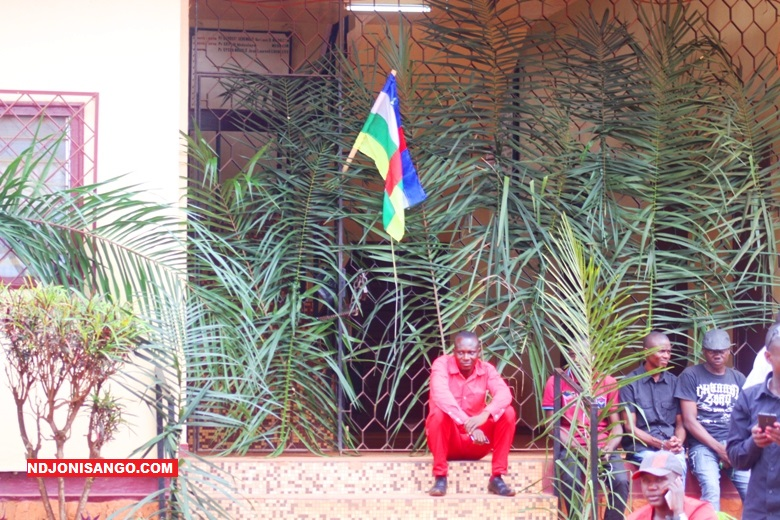 Des étudiants mécontents devant le rectorat de l'Université de Bangui@photo Marly Pala