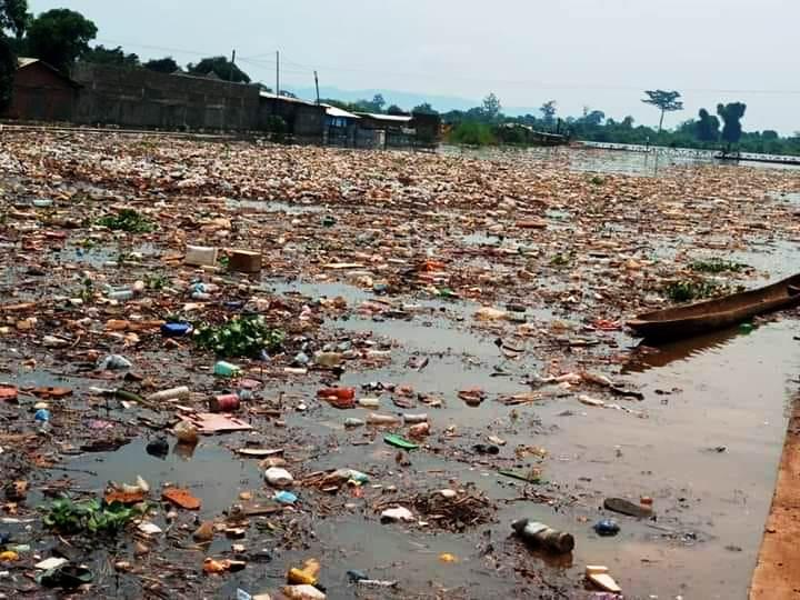 La rive de l'Oubangui remplie par des immondices