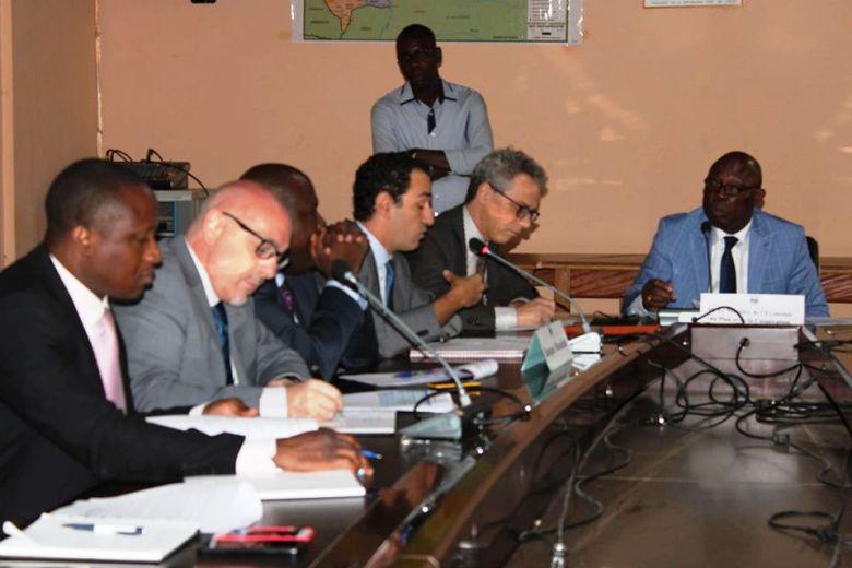 le ministre de l'économie Félix Moloua avec une délégation de la banque mondiale