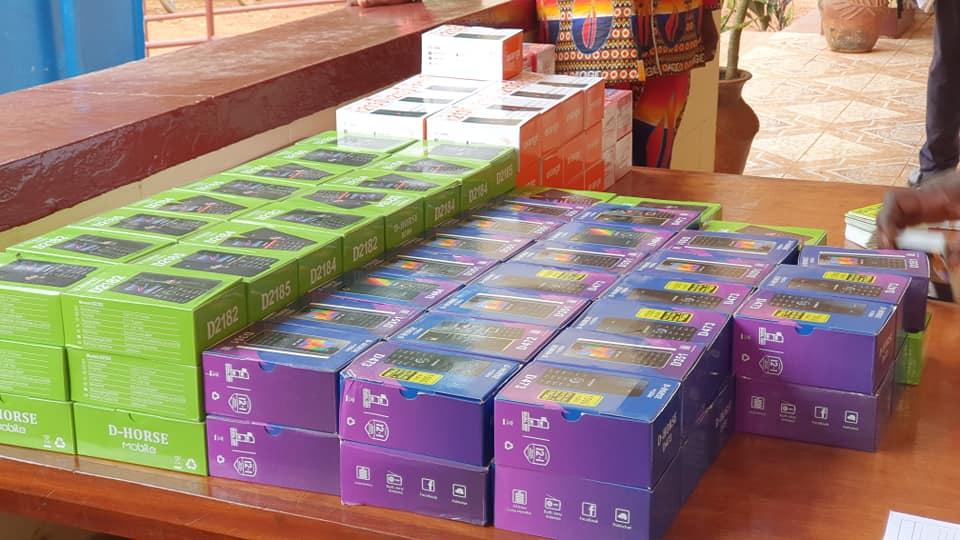 les téléphones mobiles remis aux responsables des sites des sinitrés à Bangui