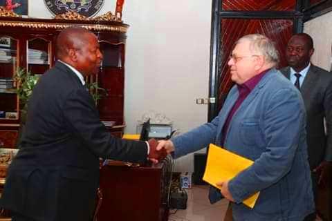 le président centrafricain Faustin Archange Touadera et le diplomate russe Vladimir Titorenko au palais présidentiel à Bangui@photo la renaissance