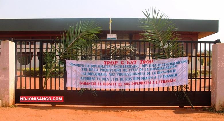 Des banderoles et feuilles de palmier en signe de grève du personnel du ministère des affaires étrangères @photo Marly Pala