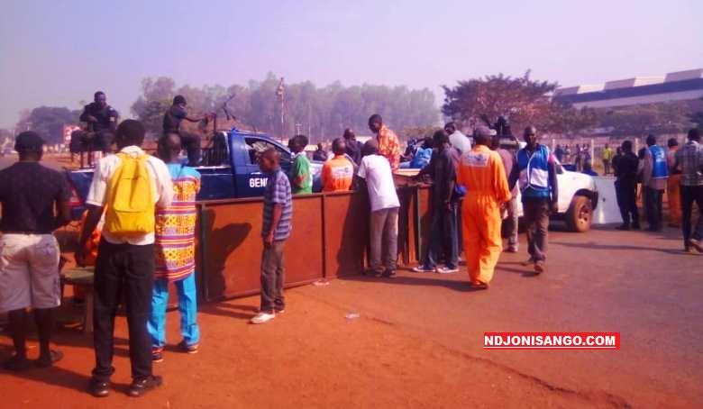 occupation de l'avenue des martyrs par les grévistes de la SOCATEL à Bangui@photo Cyrille Yapendé