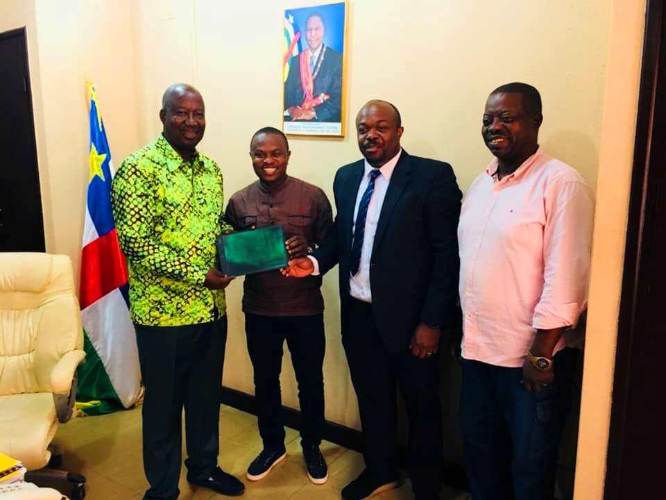 remise des tablettes à la FECAFOOT par le journaliste sportif Patrick Bangui
