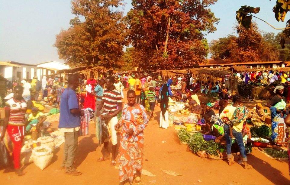 une vue des habitants au marché de Bambari