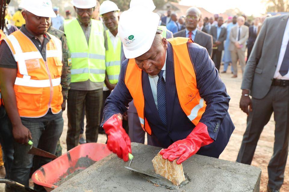 Le président Touadera pose la pierre des travaux de construction de l'ISAAC@photo la renaissance