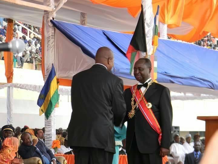 Le président Touadera congratule l'ancien président François Bozizé en 2011 le jour de l'investiture