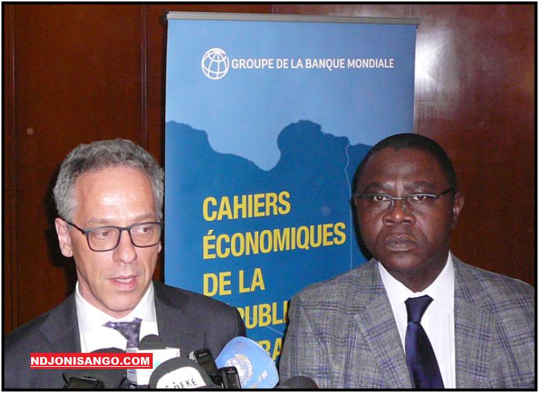 Wilfried A.Kouamé économiste de la Banque Mondiale et le ministre centrafricain des finances Henri-Marie Dondra@photo Grâce Ngbaléo